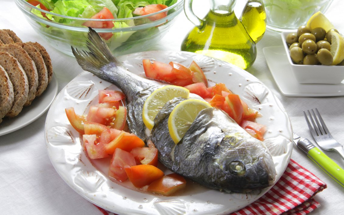 Download Wallpaper Fish with lemon, tomatoes and salad