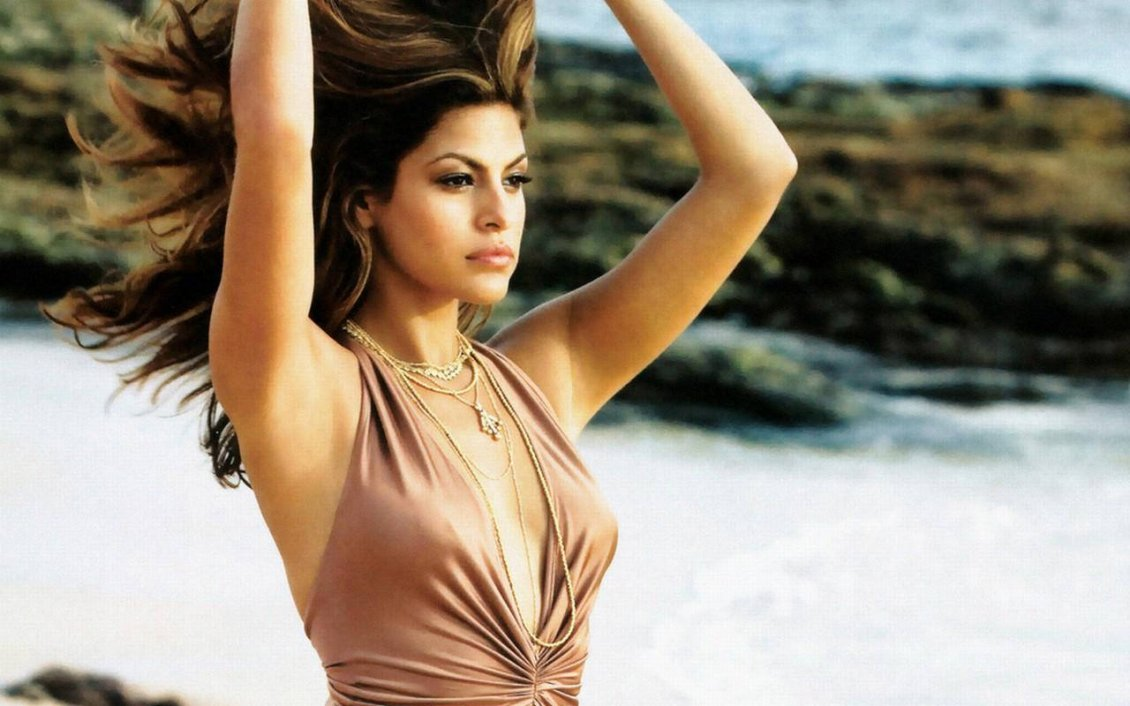 Download Wallpaper Eva Mendes with hair in the wind on the beach