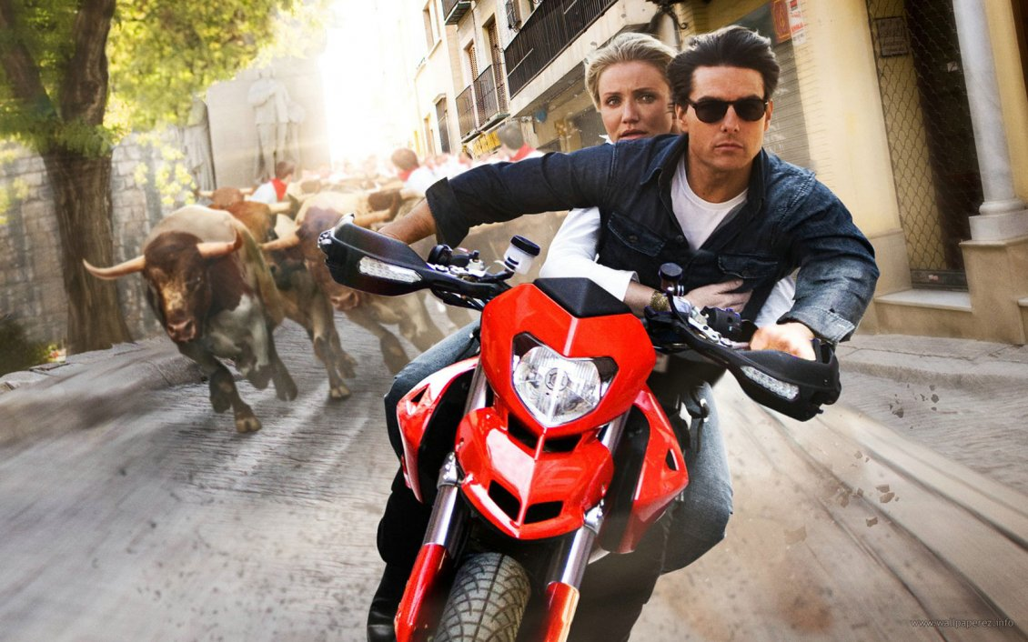 Download Wallpaper Knight And Day - Tom Cruise and Cameron Diaz with motorcycle