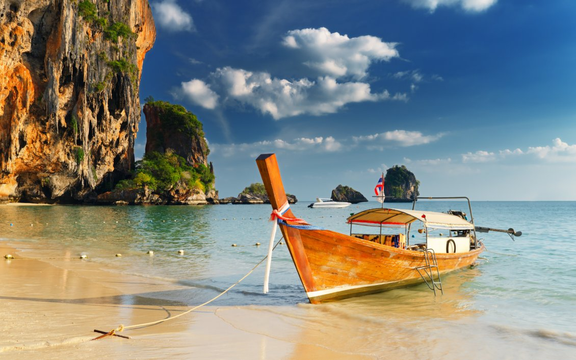 Download Wallpaper A boat on the shore of sea