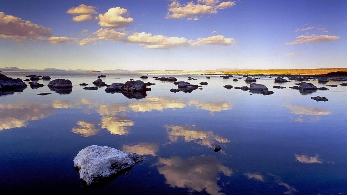 Download Wallpaper The sky is reflected in the sea water