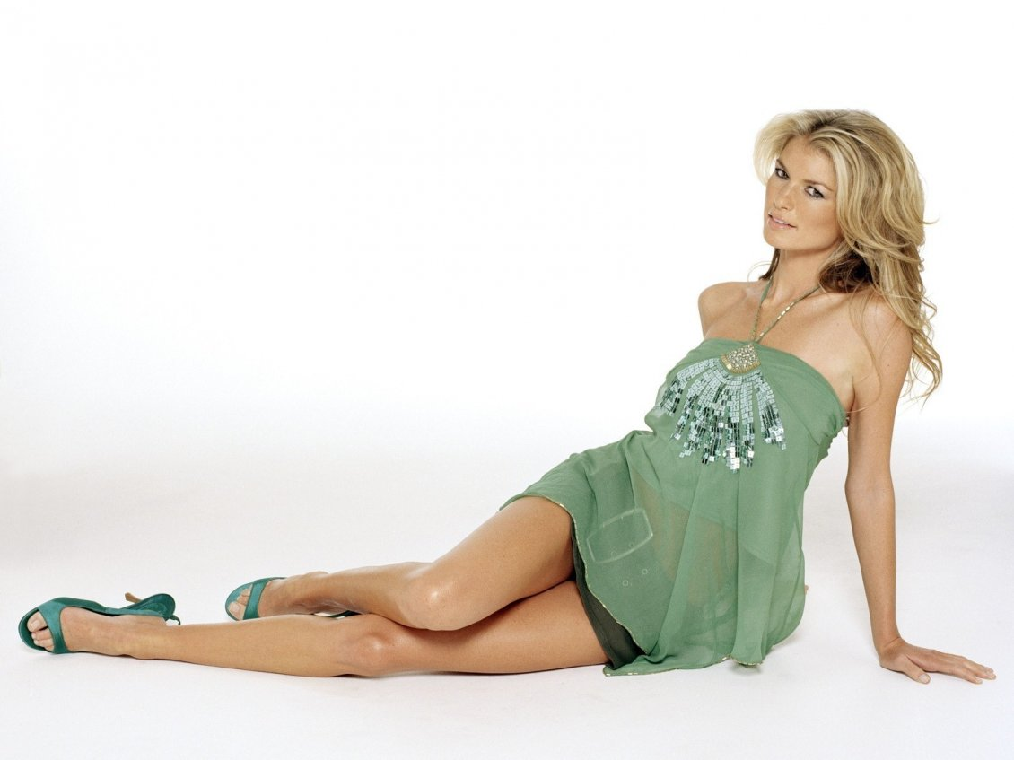 Download Wallpaper Marisa Miller in green on white background