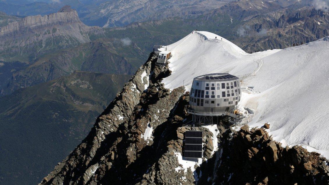 refuge du gouter cottage on mountain top. Black Bedroom Furniture Sets. Home Design Ideas
