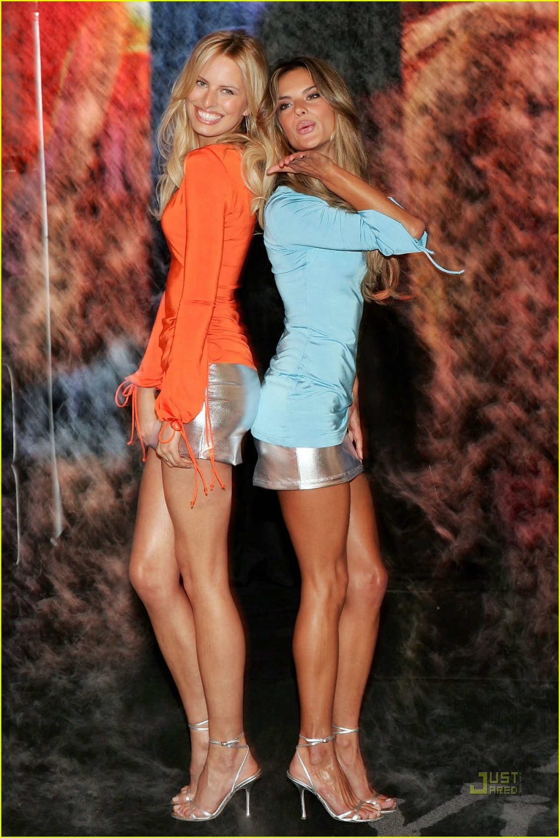 Download Wallpaper Victorias Secret models in blue and orange dress