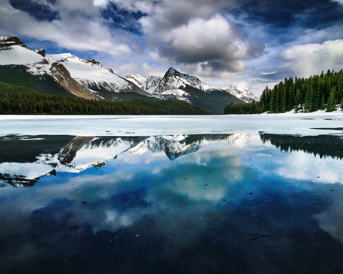 Download Wallpaper Maligne Lake near Jasper, in Alberta, Canada