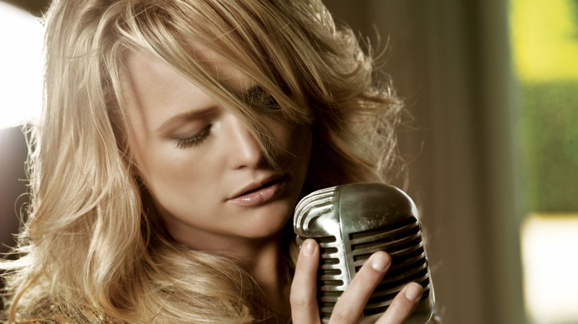 Download Wallpaper Blonde Miranda Lambert sings at the microphone