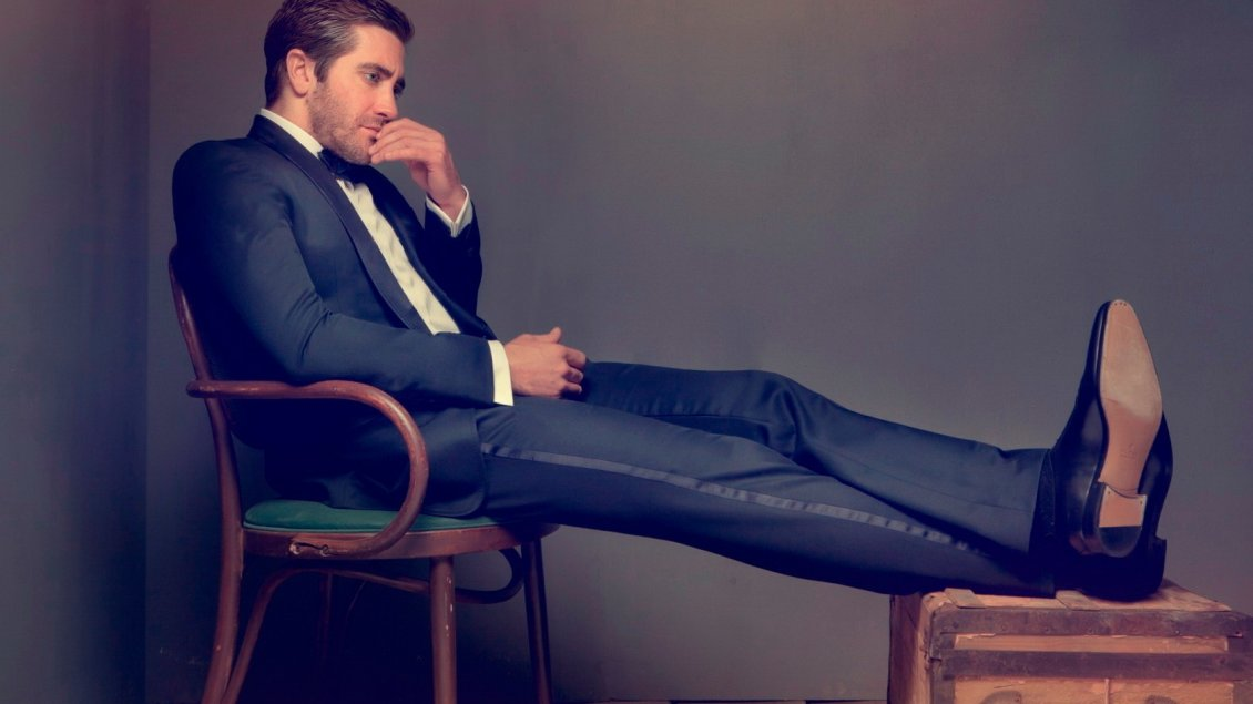 Download Wallpaper Jake Gyllenhaal in a blue suit on a chair