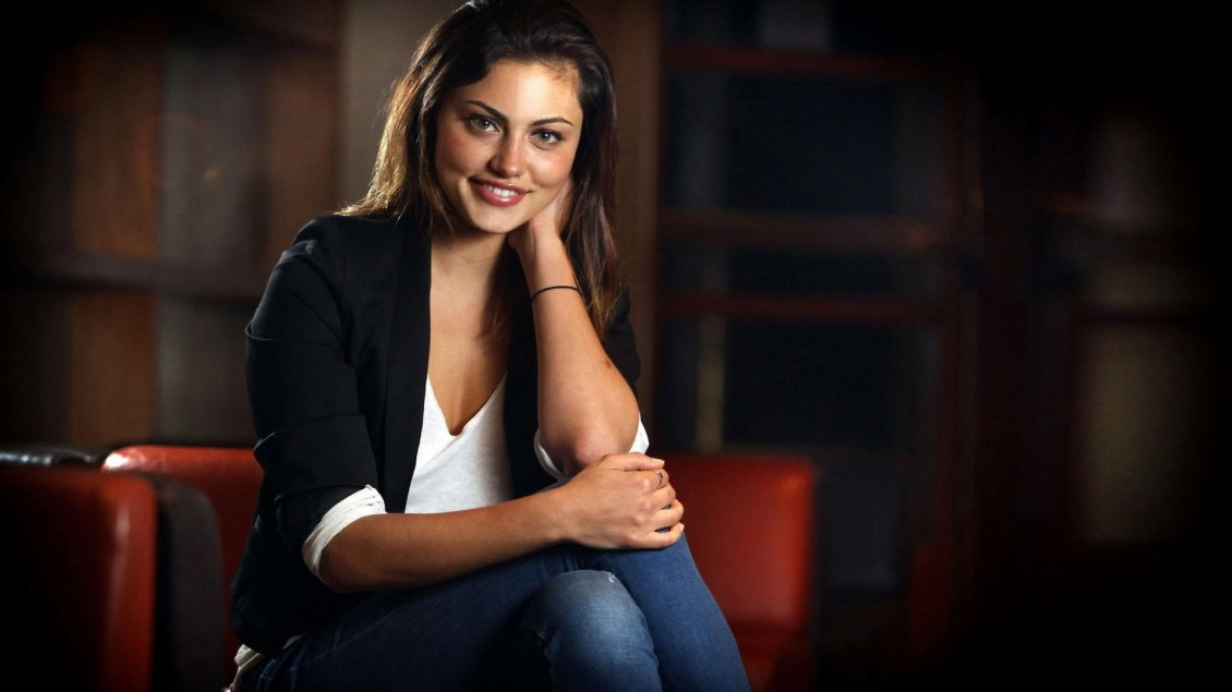 Download Wallpaper Phoebe Tonkin with a cute smile on her face