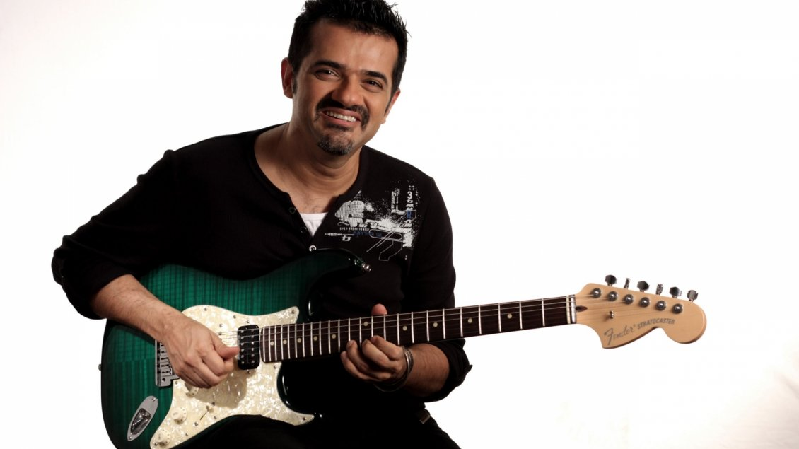 Download Wallpaper Ehsaan Noorani in black with his quitar