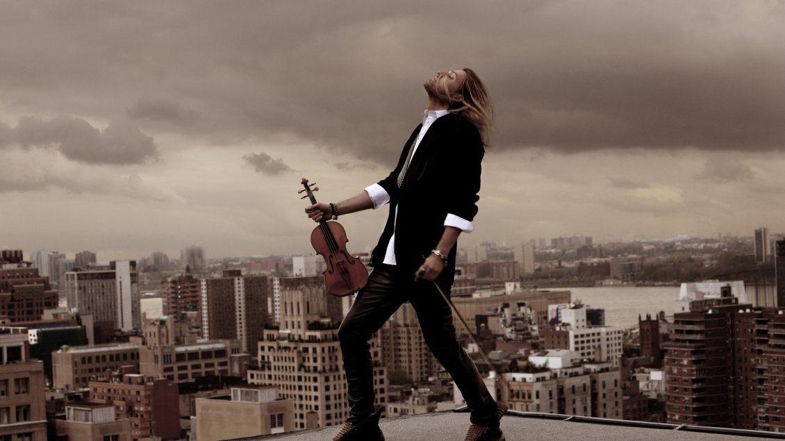 Download Wallpaper David Garrett with his violin on a block