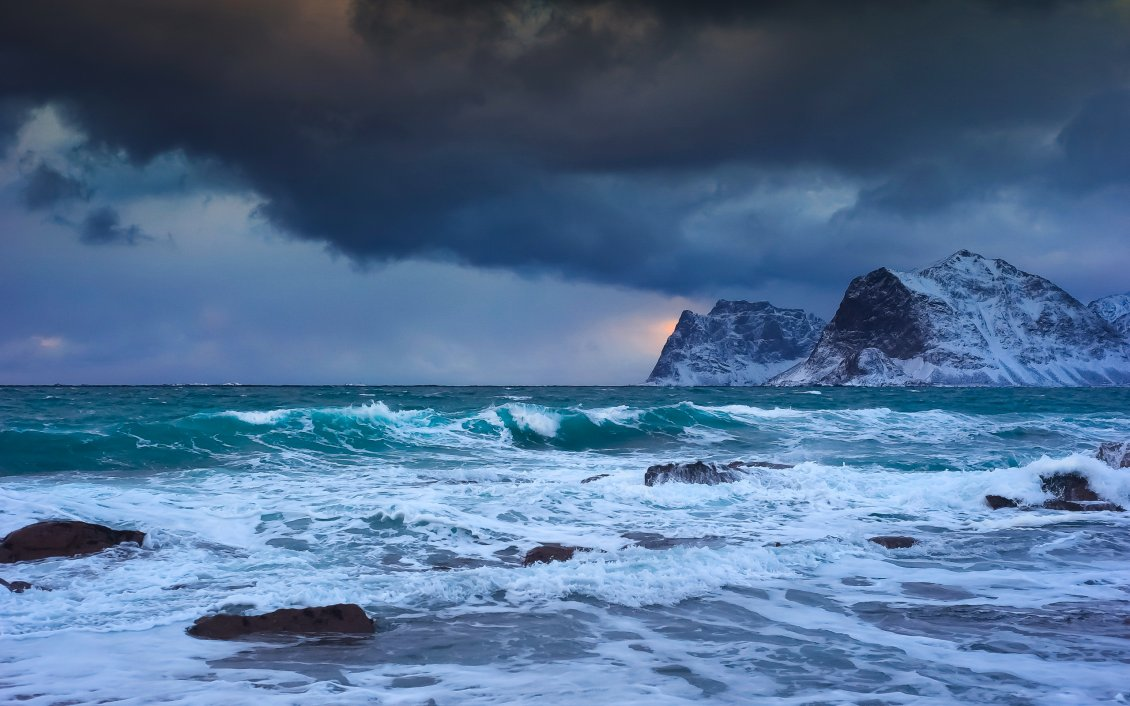 Download Wallpaper Storm at sea in a cold winter day