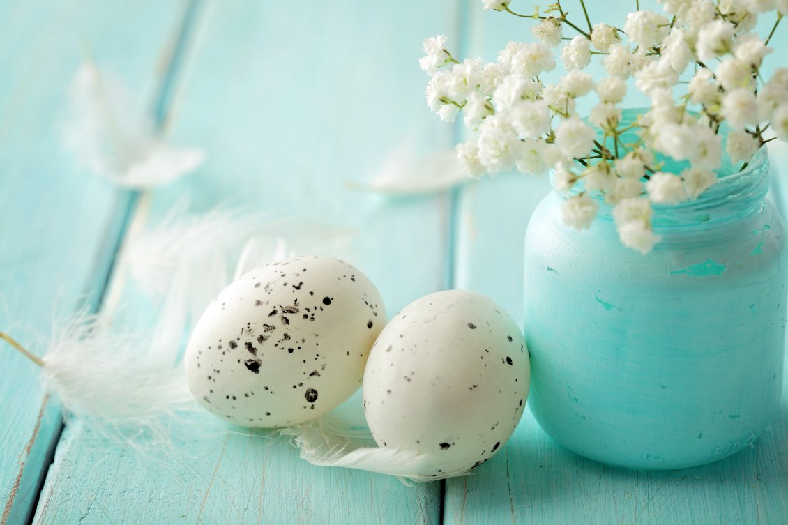 Download Wallpaper White Easter eggs and a bouquet of flowers