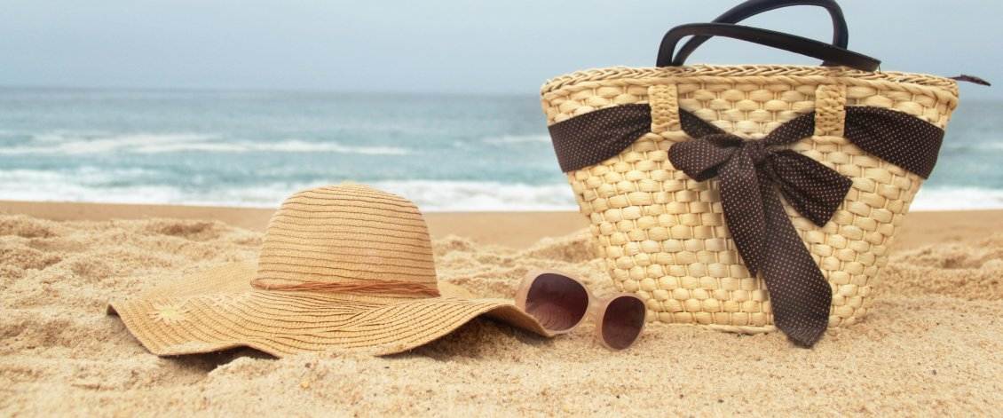 Download Wallpaper Girls staff at the beach - summer hat and sunglasses