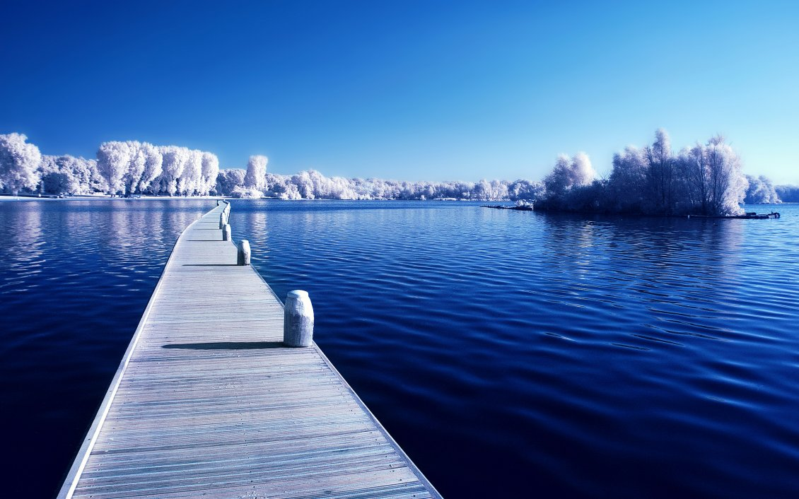 Download Wallpaper Wonderful blue lake in the cold winter season