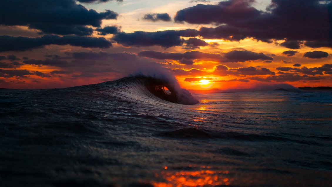 Download Wallpaper Big waves in the cold ocean water - Wonderful sunset