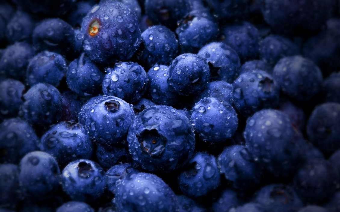 Download Wallpaper Big water drops on delicious blueberries - Macro wallpaper