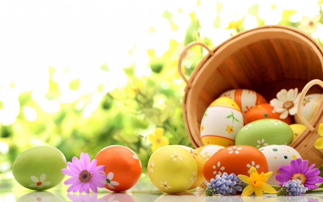 Download Wallpaper Wooden basket full with Easter eggs - Spring colours