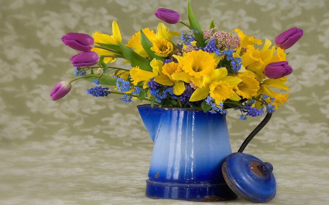 Download Wallpaper Old vase with wonderful spring flowers