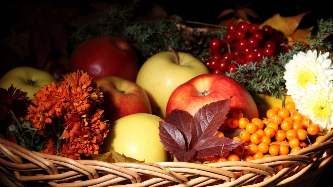 Download Wallpaper Autumn basket full with fruits - HD wallpaper