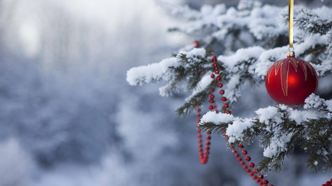 Download Wallpaper Red accessories on the Christmas tree - Happy winter season