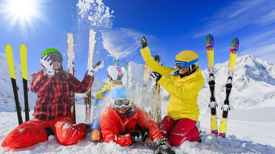 Download Wallpaper Happy people at skiing in the mountain - Colorful clothes