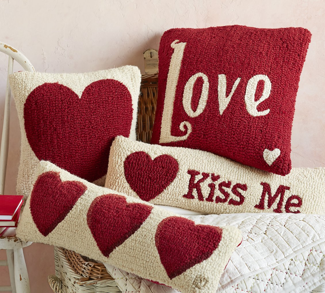 Download Wallpaper Love and kiss me - Happy Valentines Day red hearts