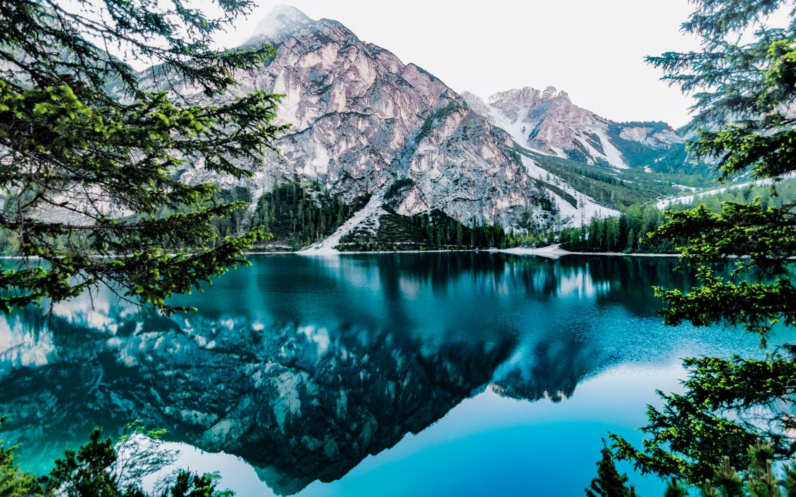 Download Wallpaper Wonderful blue water - Mirror in the mountain lake