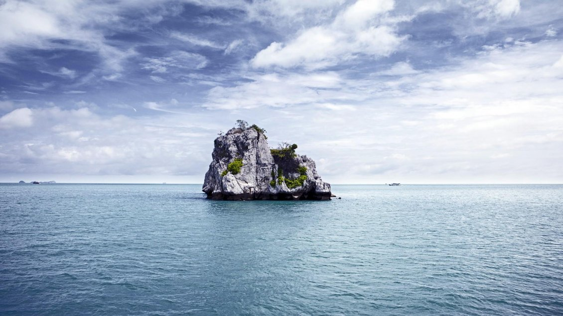 Download Wallpaper Big rock in the middle of the ocean - Summer Holiday time