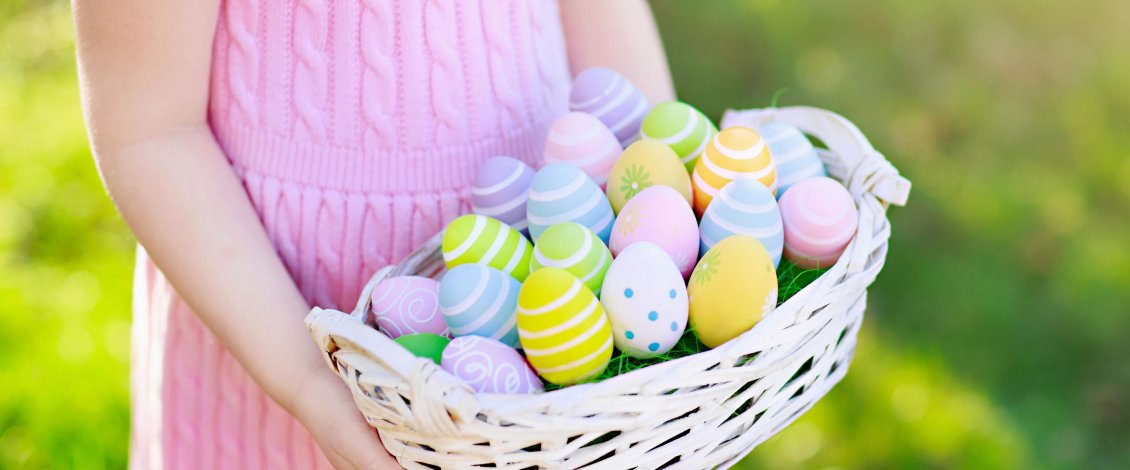 Download Wallpaper Girl with a basket full with Easter eggs - Happy Holiday