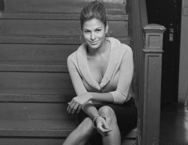 Black and white wallpaper with Eva Mendes on stairs