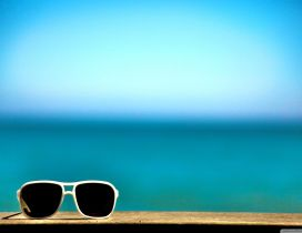 Sunglasses for a hot summer - HD wallpaper