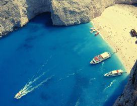 Boats at a famous beach in Greece - HD wallpaper