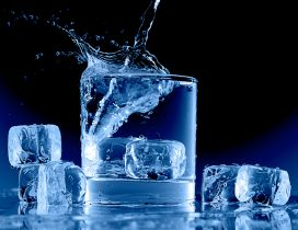 Water in a glass full with ice cubes - HD wallpaper