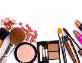 Nude make-up - pounder and brushes
